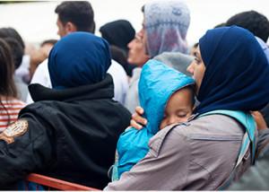 Refugidos sirios hacen fila para recibir alimentos de la Cruz Roja en Belgrado, Serbia. Foto de Kira Horvath para CRS.