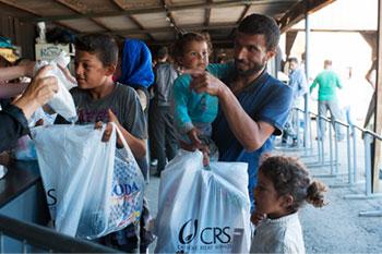 Kira Horvath para CRS. CRS con Caritas estableció un centro de distribución en Serbia para proporcionar kits de higiene que contienen jabón, champú, toallas sanitarias, cepillos de dientes, pasta de dientes, pañales y ropa para bebés a los miles de refugiados en la frontera con Hungría.