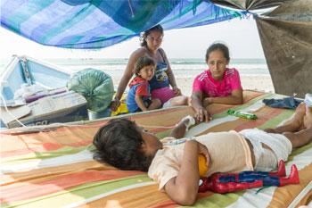 Una familia en La Chorrera, Ecuador, que perdió su casa en el terremoto. Foto por Eduardo Naranjo para CRS