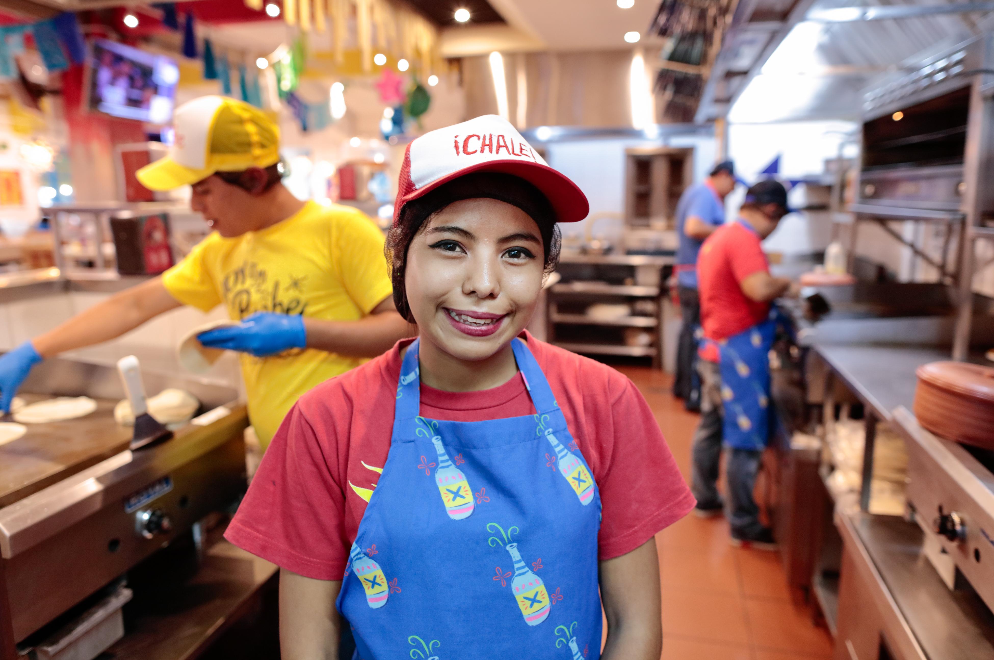 La vida de Yamileth Salgado, de 20 años cambió a través del programa Jóvenes Constructores, patrocinado por CRS. Yamileth se graduó del programa Jóvenes Constructores y ahora se encuentra trabajando en su primer trabajo formal en un reconocido restaurante en la Ciudad de Guatemala, Guatemala. Foto por Oscar Leiva/Silverlight.