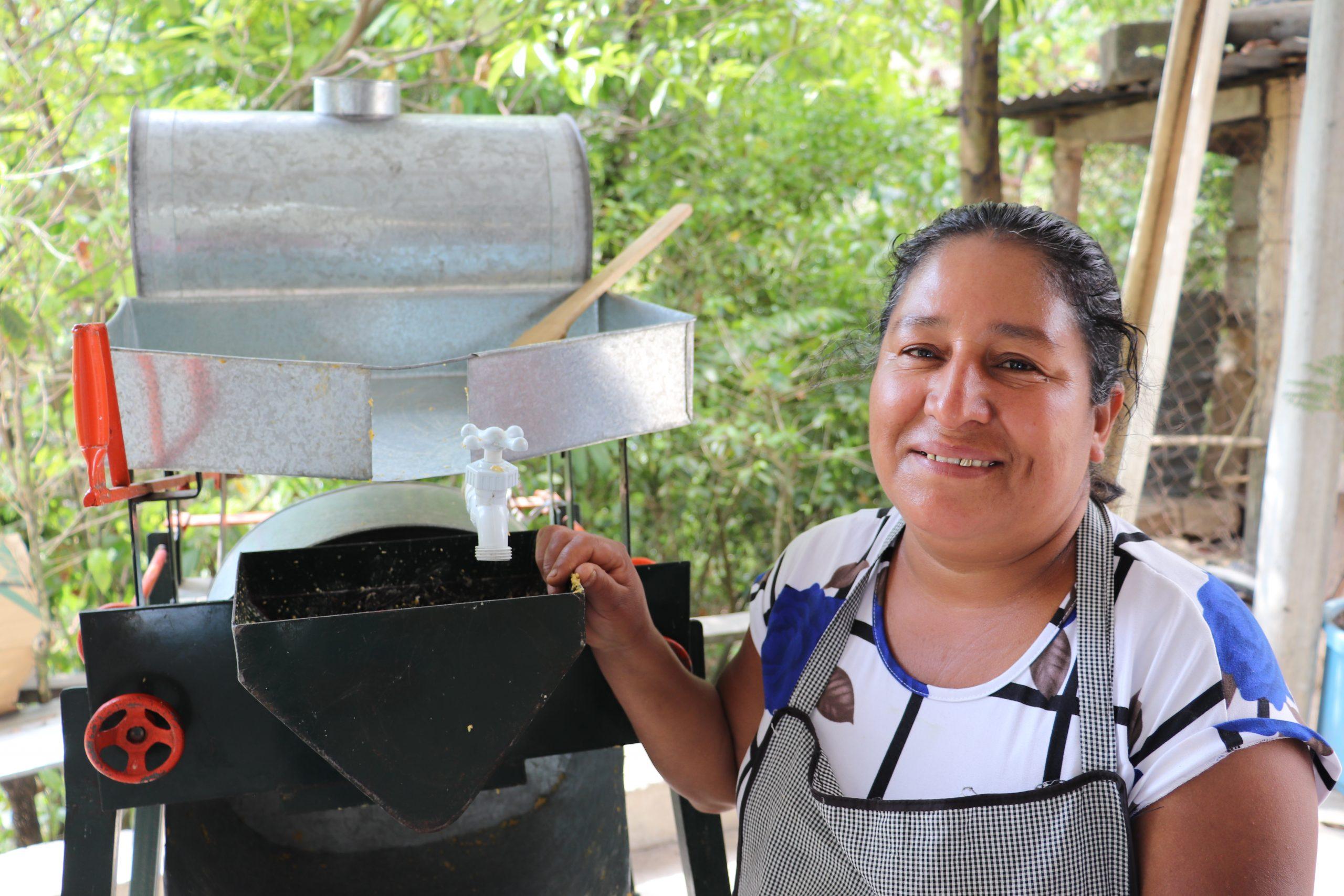 Irma Sales y su molino de maíz.