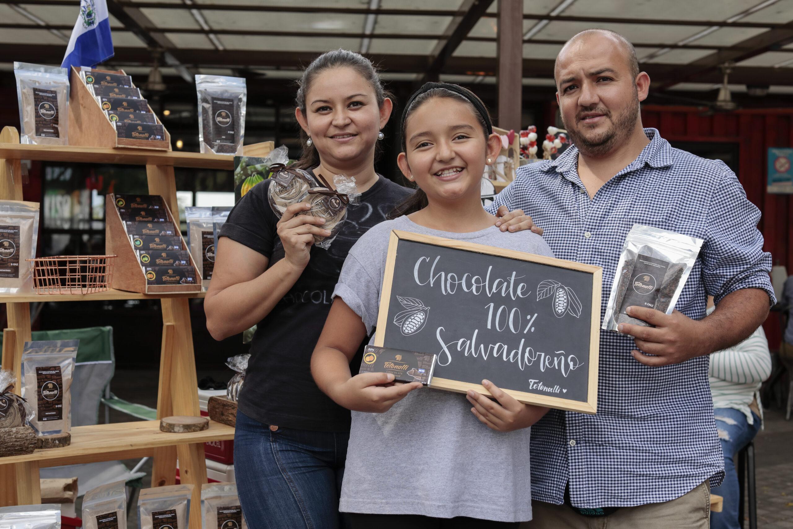 Glendy y sus familia vendiendo Chocolate Tetonalli